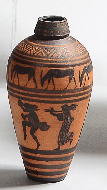 CIBOURE Rare petit vase néo grec de forme globulaire allongée, à décor de frise de...