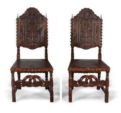Paire de chaises en noyer sculpté, garniture de cuir gauffré Espagne. Style XVIIe...
