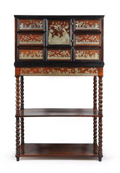 Cabinet en placage de palissandre, marqueté...