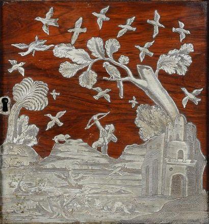 Cabinet en placage de palissandre, marqueté géométriquement sur les cotés dessinant...