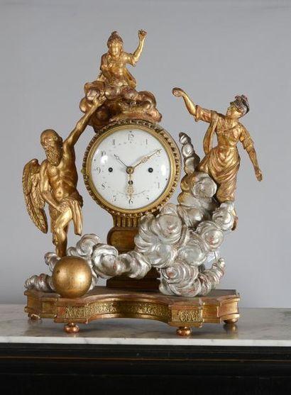 Pendule en bois sculpté et doré symbolisant...