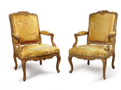 Paire de larges fauteuils à dossier «à la...