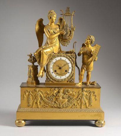 Pendule en bronze ciselé et doré de forme...