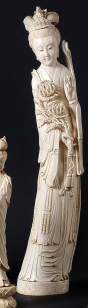 GRANDE STATUETTE en ivoire de jeune femme,...