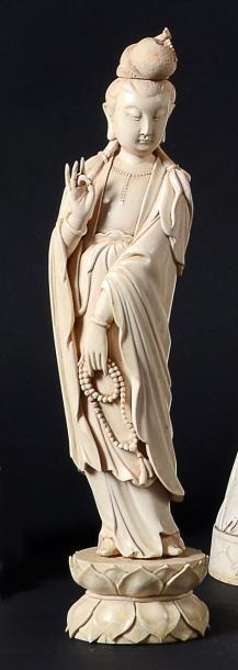 STATUETTE de Guanyin en ivoire, debout, le...