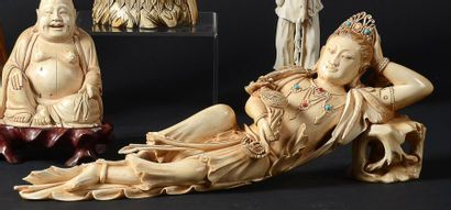 STATUETTE de femme allongée en ivoire à patiné...