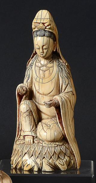 STATUETTE de Guanyin en ivoire à patine jaune...