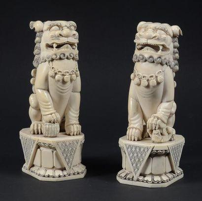 PAIRE DE LIONS BOUDDHIQUE en ivoire à réhaus...