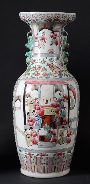VASE DE FORME BALUSTRE en porcelaine à décor...