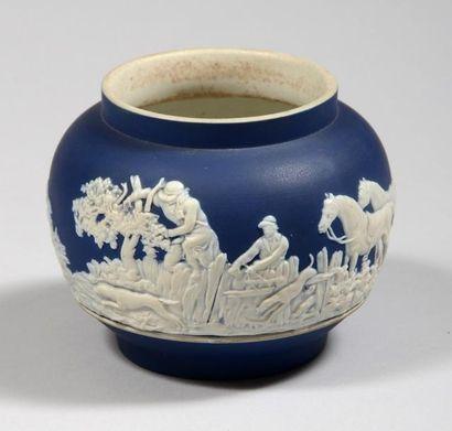 Bonbonnière en porcelaine de WEDGWOOD bleue...