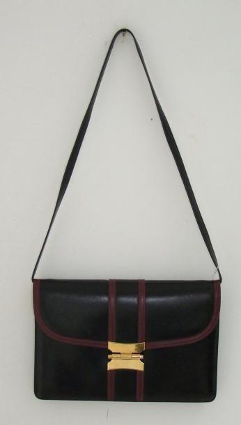 HERMES Sac en box noir bordé de cuir bordeaux, un soufflet, deux poches intérieures,...