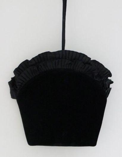 Yves Saint LAURENT Sac habillé en velours noir, un motif métal strasse discret de...