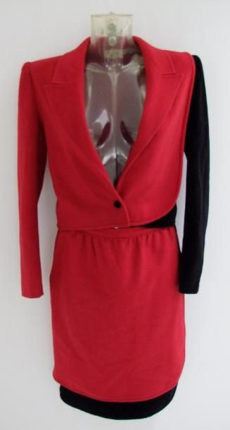 VALENTINO Tailleur en lainage rouge et velours noir, jeu des deux tissus sur les...