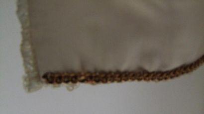 CHANEL Tailleur circa 1950 très bel état, tweed beige uni, veste bord à bord passepoilée...