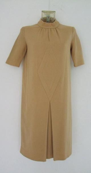 PIERRE CARDIN Très élégante Robe en lainage beige doré avec beau motif géométrique...