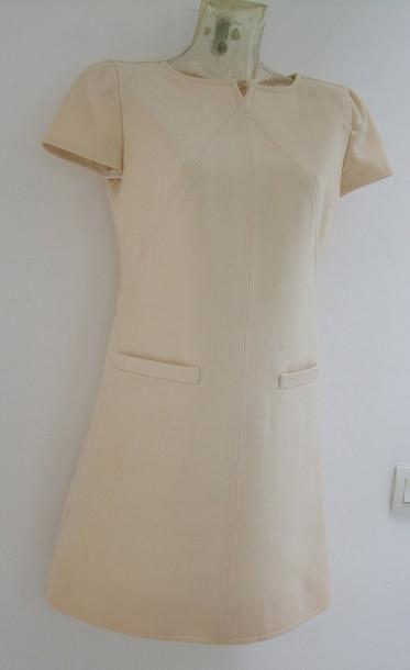 COURREGES Robe en lainage beige, découpes géométriques sur l'avant et l'arrière,...