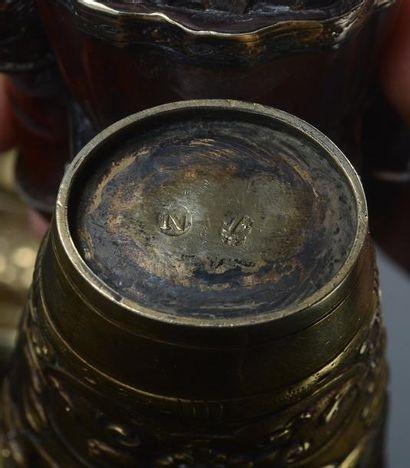 Le vendangeur en buis sculpté debout, appuyé sur sa canne, présente au bras droit...