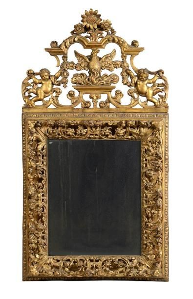Miroir à fronton en bois doré. Le cadre à...