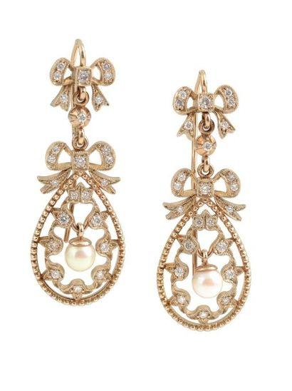 Paire de pendants d'oreilles en noeuds d'or...
