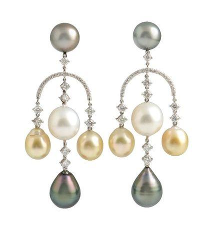 Paire de pendants d'oreilles girandoles en or gris 18K, ornés chacun d'une perle...