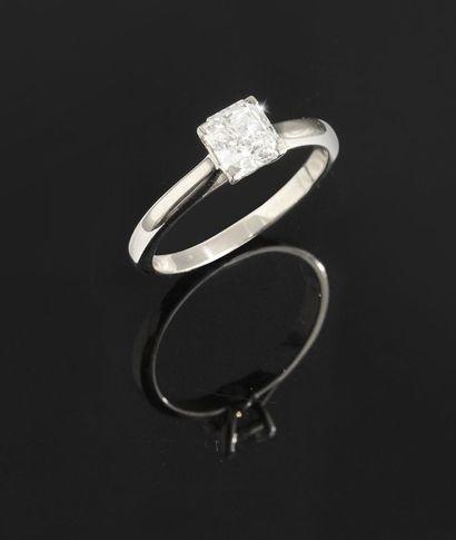 Bague en or gris 18K, ornée d'un diamant...
