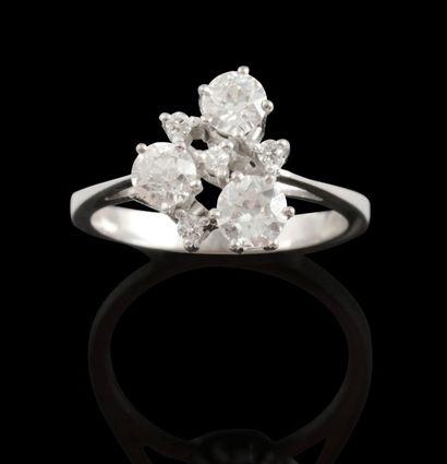 Bague en or gris, sertie de trois diamants...