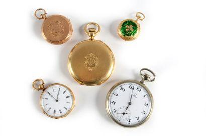 Un lot composé de: - une montre de col en...