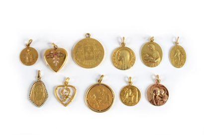Un lot composé de huit médailles en or jaune...