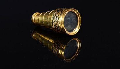 Une lunette de théâtre téléscopique par la...