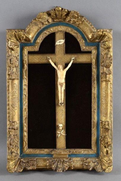 Christ en ivoire sculpté, dans son cadre...