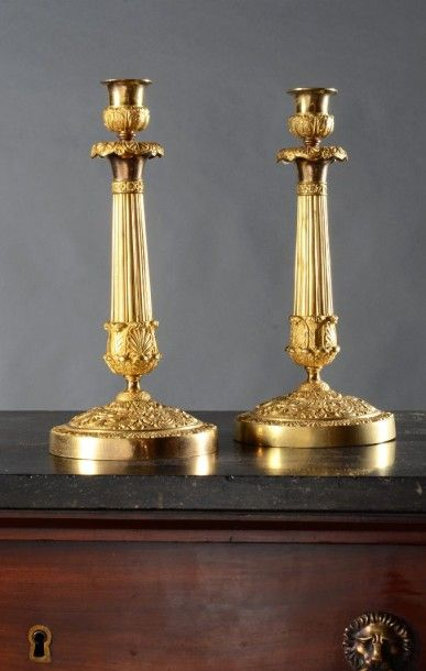 Paire de flambeaux en bronze ciselé et doré....