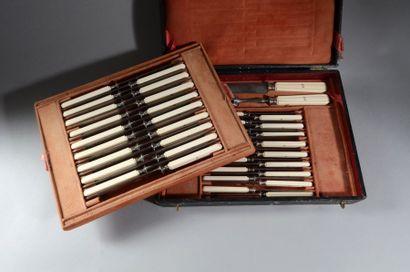 Un ensemble composé de dix-huit couteaux...