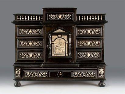 Cabinet en placage de bois de noirci et ivoire...