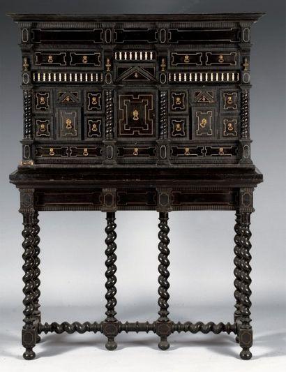 Cabinet en bois noirci et ivoire, ouvrant...