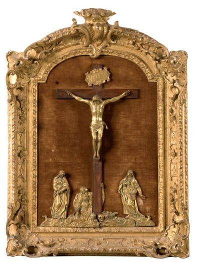 Crucifix en bronze ciselé et doré sur une...