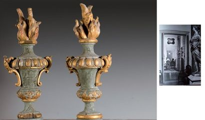 Importante paire de pots-à-feu en bois peint...