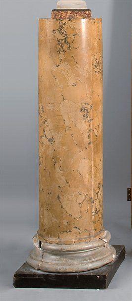 Colonne en stuc à l'imitation du marbre jaune...