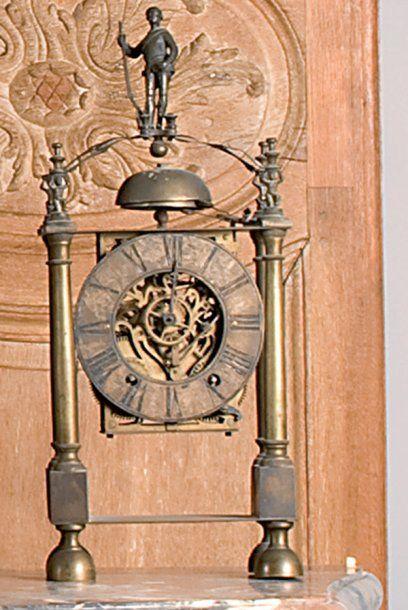 Pendule squelette en bronze patiné surmontée...