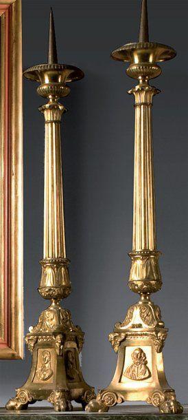 Paire de pique-cierges en bronze vernis doré....