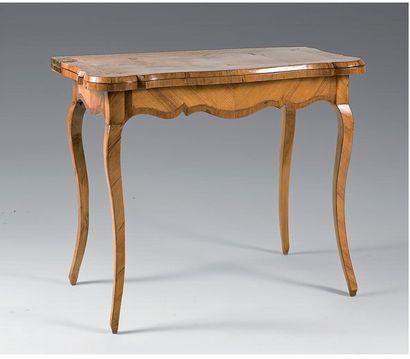 Table à jeux en placage de bois de rose marqueté...
