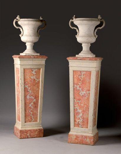 Paire de gaines en bois peint faux marbre...