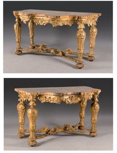 Importante paire de consoles en bois sculpté...