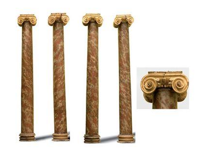 Suite de quatre colonnes en bois peint en...