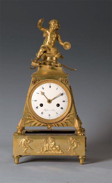 Pendule borne en bronze ciselé et doré, composée...