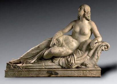 Femme allongée, important groupe en marbre...