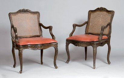 Paire de fauteuils cannés en bois sculpté...
