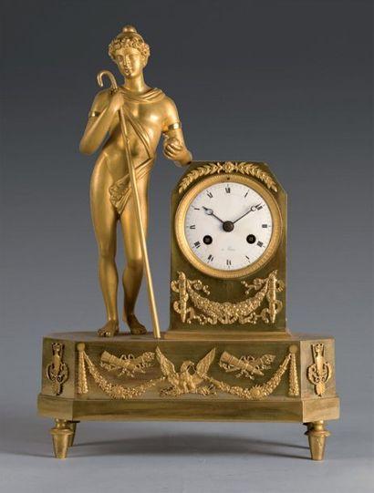 Pendule en bronze ciselé et doré, figurant...
