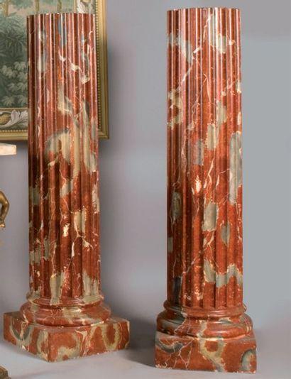Paire de colonnes cannelées en stuc peint...
