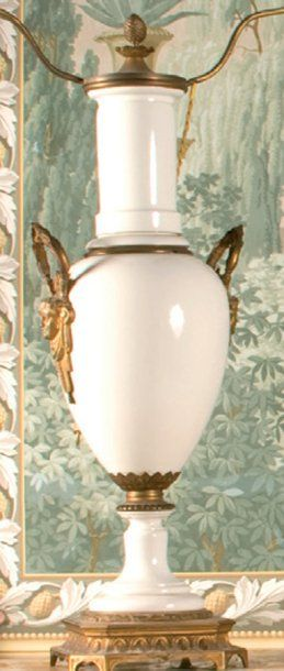 Lampe en porcelaine blanche, monture en bronze....
