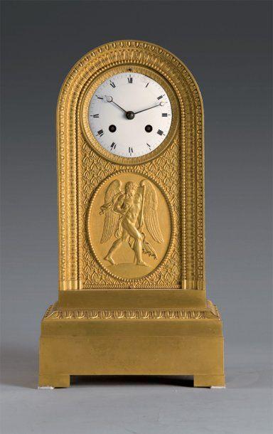 Pendule borne en bronze ciselé et doré, ornée...